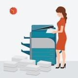 Bedrijfsvrouw die de machine van de exemplaardruk met behulp van Stock Afbeelding