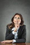 Bedrijfsvrouw die diep denken Royalty-vrije Stock Foto's