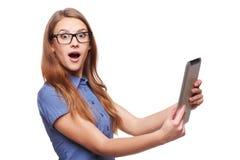 Bedrijfsvrouw die digitale PC van de tabletcomputer met behulp van Royalty-vrije Stock Foto's