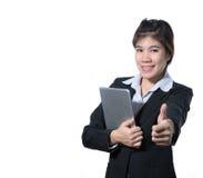 Bedrijfsvrouw die duim op de computertablet van de handholding tonen stock foto's