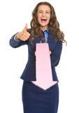 Bedrijfsvrouw die duimen tonen en met pijl richten Stock Afbeeldingen