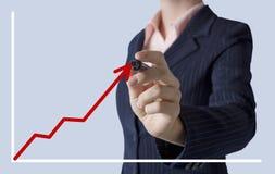 Bedrijfsvrouw die een grafiek trekken op het scherm Royalty-vrije Stock Afbeeldingen