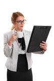 Bedrijfsvrouw die een kop en een klembord houden royalty-vrije stock afbeeldingen