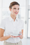 Bedrijfsvrouw die een kop houden Royalty-vrije Stock Foto