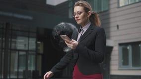 Bedrijfsvrouw die een mobiele telefoon en gebruiksholografie en vergrote werkelijkheid houden extra concept nieuwe technologieën,