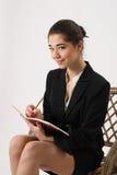 Bedrijfsvrouw die in een notitieboekje schrijven stock afbeeldingen