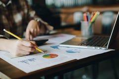 Bedrijfsvrouw die een potlood houden om marketing planwi te analyseren royalty-vrije stock foto