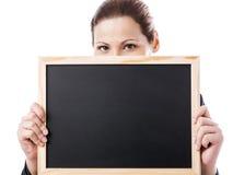 Bedrijfsvrouw die een schoolbord houden Royalty-vrije Stock Foto's
