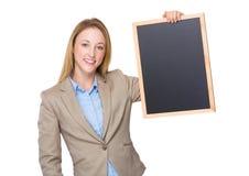 Bedrijfsvrouw die een schoolbord op de handen houden Royalty-vrije Stock Afbeeldingen