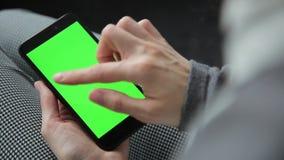 Bedrijfsvrouw die een Slimme telefoontouchscreen CHROMA gebruiken ZEER BELANGRIJK Close-up stock footage