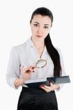 Bedrijfsvrouw die een vergrootglas en een boek houden Witte isol Stock Afbeelding