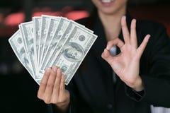 Bedrijfsvrouw die een verspreiding van contant geld tonen over, zakgeld royalty-vrije stock foto's
