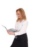 Bedrijfsvrouw die en zich met laptop bevinden werken royalty-vrije stock fotografie