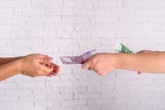 Bedrijfsvrouw die euro rekeningen ruilen Het concept van het geld royalty-vrije stock foto