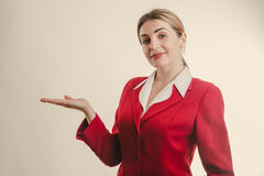 Bedrijfsvrouw die exemplaarruimte op de linkerzijde met hand tonen Stock Fotografie