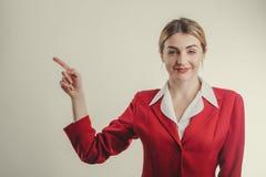 Bedrijfsvrouw die exemplaarruimte op de linkerzijde met vinger tonen Royalty-vrije Stock Foto's