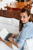 Bedrijfsvrouw die, Gebruikend Laptop Computerhuis werken Mensenmededeling Royalty-vrije Stock Foto
