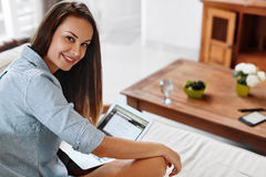 Bedrijfsvrouw die, Gebruikend Laptop Computerhuis werken Mensenmededeling Stock Foto's