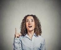 Bedrijfsvrouw die goede ideeaha gedacht hebben benadrukkend wijsvinger Royalty-vrije Stock Afbeelding