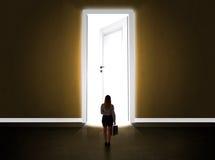 Bedrijfsvrouw die grote heldere geopende deur bekijken royalty-vrije stock afbeelding
