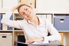 Bedrijfsvrouw die haar nek uitrekken Stock Afbeeldingen