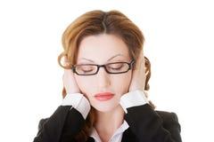 Bedrijfsvrouw die haar oren behandelen. Royalty-vrije Stock Afbeelding