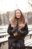 Bedrijfsvrouw die in het park lachen royalty-vrije stock afbeelding