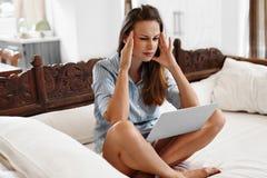 Bedrijfsvrouw die Hoofdpijn hebben die aan Computer werken Pijn, het Werkspanning Royalty-vrije Stock Foto