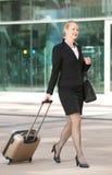 Bedrijfsvrouw die int. lopen hij stad met reiszak en bagage Royalty-vrije Stock Fotografie