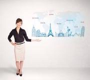 Bedrijfsvrouw die kaart met beroemde steden en oriëntatiepunten voorstellen Royalty-vrije Stock Afbeelding