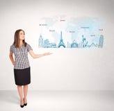 Bedrijfsvrouw die kaart met beroemde steden en oriëntatiepunten voorstellen Stock Foto