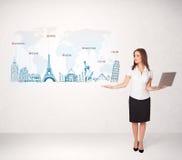 Bedrijfsvrouw die kaart met beroemde steden en oriëntatiepunten voorstellen Stock Foto's