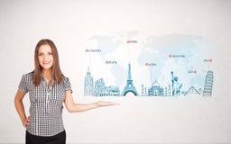 Bedrijfsvrouw die kaart met beroemde steden en oriëntatiepunten voorstellen Stock Fotografie