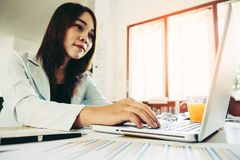 Bedrijfsvrouw die laptop computer met behulp van stock foto's