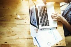 Bedrijfsvrouw die laptop met behulp van Stock Fotografie