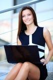 Bedrijfsvrouw die laptop op stappen in openlucht met behulp van royalty-vrije stock afbeelding