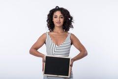 Bedrijfsvrouw die leeg bord houden stock foto