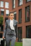 Bedrijfsvrouw die met aktentas in bureau lopen royalty-vrije stock foto's