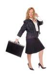 Bedrijfsvrouw die met aktentas lopen Stock Fotografie