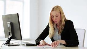 Bedrijfsvrouw die met documenten in bureau werken stock video
