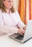 Bedrijfsvrouw die met Laptop werken Royalty-vrije Stock Afbeelding