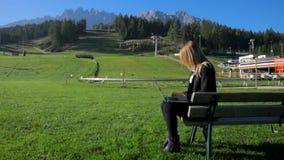 Bedrijfsvrouw die met PC in de berg werken stock video