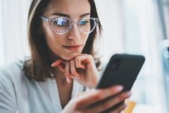 Bedrijfsvrouw die mobiele telefoon met behulp van bij werkdag in bureau Vage achtergrond Bedrijfstechnologiemededelingen royalty-vrije stock fotografie