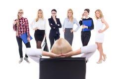 Bedrijfsvrouw die nieuwe die arbeiders kiezen op wit worden geïsoleerd Stock Foto's