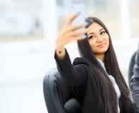 bedrijfsvrouw die nieuwe moderne smartphone houden Stock Afbeeldingen
