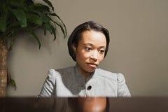 Bedrijfsvrouw die ongerust gemaakt kijken royalty-vrije stock foto's