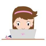Bedrijfsvrouw die online met notitieboekje of laptop op bureau, witte achtergrond winkelen Stock Foto