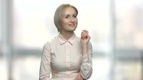 Bedrijfsvrouw die onzichtbare interface gebruiken stock videobeelden