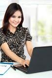 Bedrijfsvrouw die op haar kantoor werken Stock Afbeeldingen