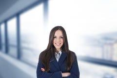 Bedrijfsvrouw die op het kantoor glimlachen stock foto's